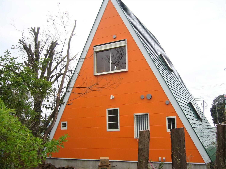 三角形のユニークな二階建ての外観|成田市の注文住宅,ログハウスのような低価格住宅を建てるならエイ・ワン