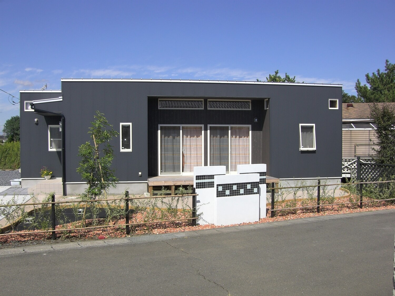 モダンな平屋の外観正面|水戸市の注文住宅,ログハウスのような低価格住宅を建てるならエイ・ワン