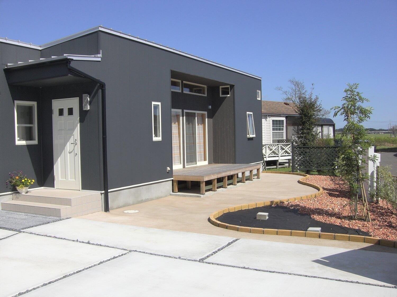 モダンな平屋の庭|水戸市の注文住宅,ログハウスのような低価格住宅を建てるならエイ・ワン