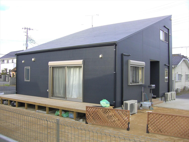 片流れ屋根のブラック二階建てのウッドデッキ|ひたちなか市の注文住宅,ログハウスのような低価格住宅を建てるならエイ・ワン