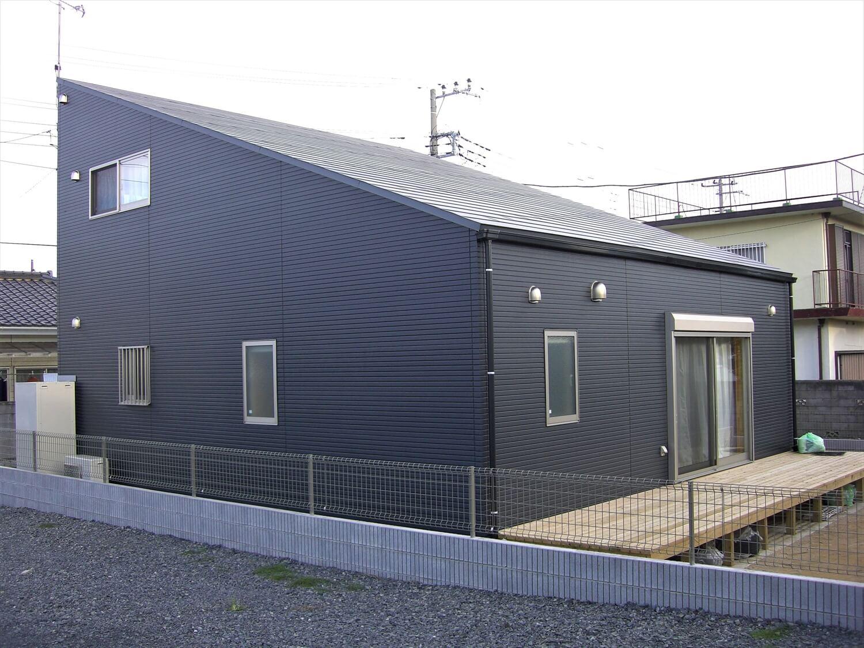 片流れ屋根のブラック二階建ての外観|ひたちなか市の注文住宅,ログハウスのような低価格住宅を建てるならエイ・ワン