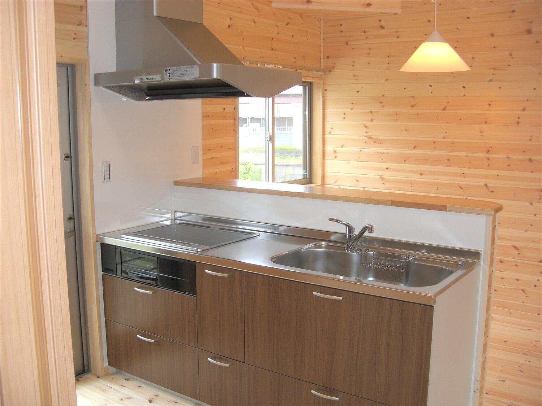 ホワイト外観のシンプルな平屋のキッチン|北茨城市の注文住宅,ログハウスのような低価格住宅を建てるならエイ・ワン
