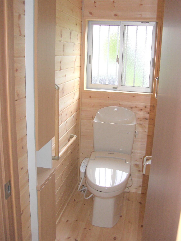 ホワイト外観のシンプルな平屋のトイレ|北茨城市の注文住宅,ログハウスのような低価格住宅を建てるならエイ・ワン