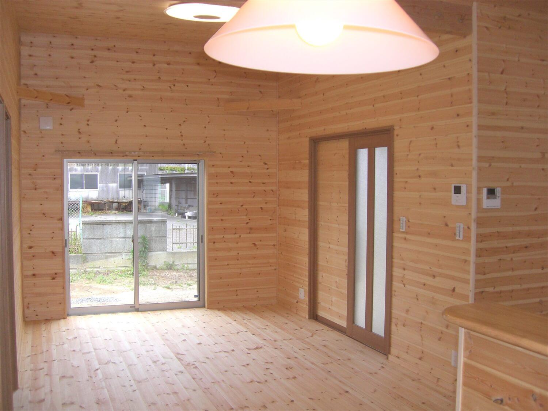ホワイト外観のシンプルな平屋のリビング|北茨城市の注文住宅,ログハウスのような低価格住宅を建てるならエイ・ワン