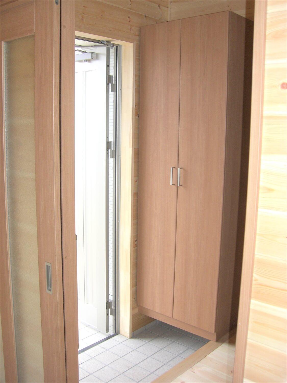 ホワイト外観のシンプルな平屋の玄関|北茨城市の注文住宅,ログハウスのような低価格住宅を建てるならエイ・ワン