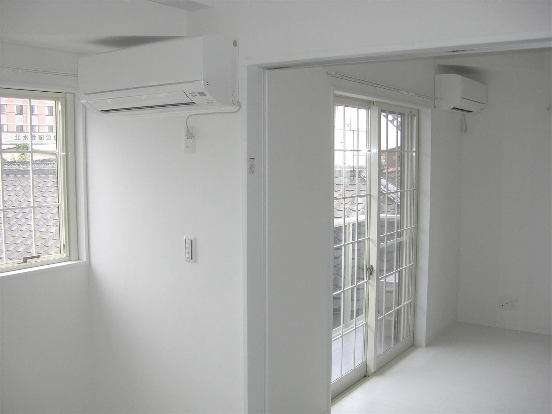 アパートタイプの二階建ての窓|水戸市の注文住宅,ログハウスのような低価格住宅を建てるならエイ・ワン
