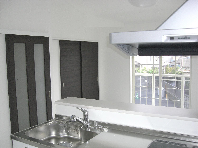 アパートタイプの二階建てのキッチンからの眺め|水戸市の注文住宅,ログハウスのような低価格住宅を建てるならエイ・ワン