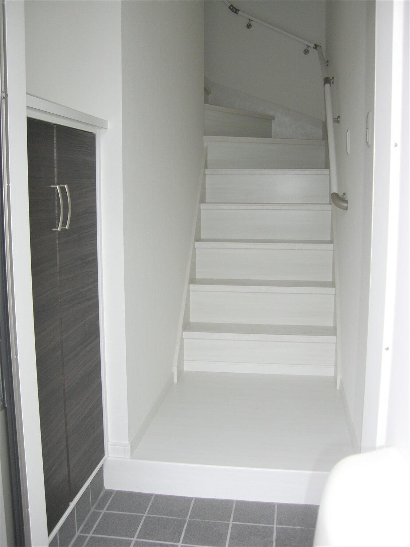 アパートタイプの二階建ての玄関階段|水戸市の注文住宅,ログハウスのような低価格住宅を建てるならエイ・ワン