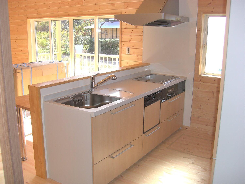 ウッドデッキとロフトのある平屋のキッチン|水戸市の注文住宅,ログハウスのような低価格住宅を建てるならエイ・ワン