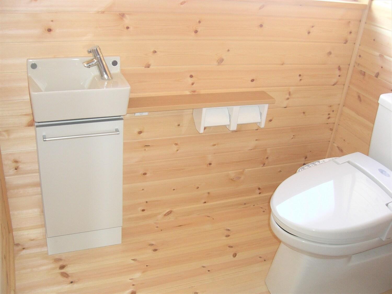 ウッドデッキとロフトのある平屋のトイレ|水戸市の注文住宅,ログハウスのような低価格住宅を建てるならエイ・ワン