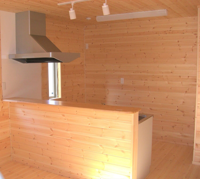 モダンな二階建てのペニンシュラキッチン|水戸市の注文住宅,ログハウスのような低価格住宅を建てるならエイ・ワン