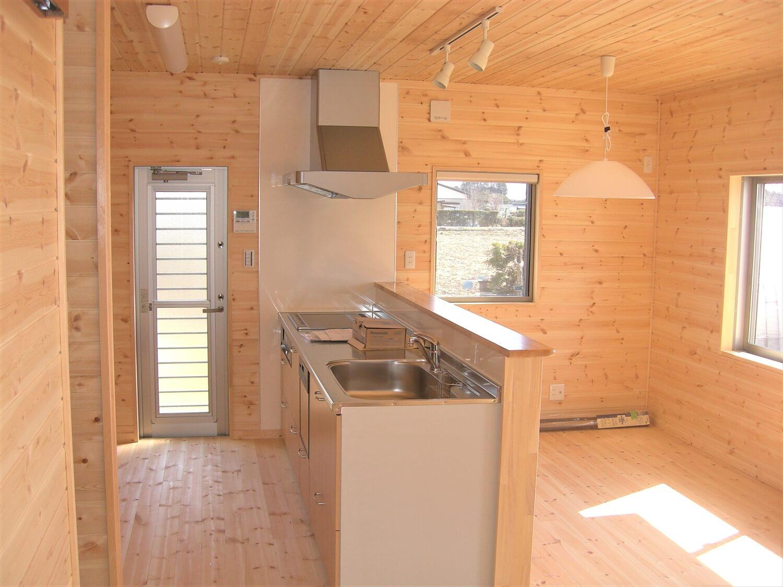 ホワイトカラーの二階建てのペニンシュラキッチン|那珂市の注文住宅,ログハウスのような低価格住宅を建てるならエイ・ワン