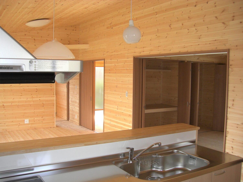 モダンな無垢材平屋のキッチンからの眺め|水戸市の注文住宅,ログハウスのような低価格住宅を建てるならエイ・ワン