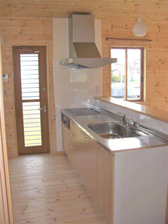 モダンな無垢材平屋のキッチン|水戸市の注文住宅,ログハウスのような低価格住宅を建てるならエイ・ワン