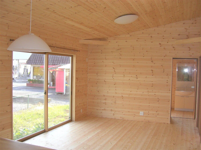 モダンな無垢材平屋のリビング|水戸市の注文住宅,ログハウスのような低価格住宅を建てるならエイ・ワン
