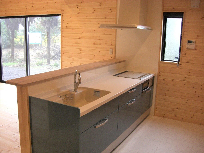 吹き抜けのある二階建てのキッチン|那珂市の注文住宅,ログハウスのような低価格住宅を建てるならエイ・ワン