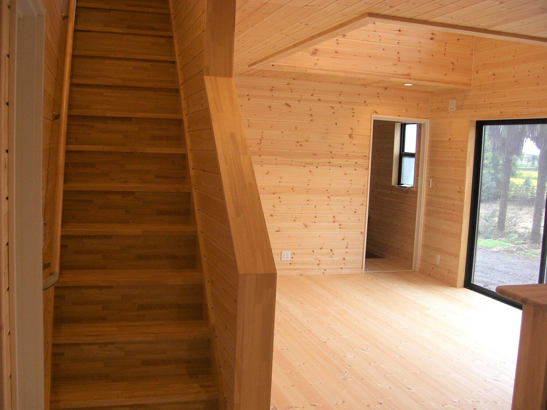 吹き抜けのある二階建ての階段|那珂市の注文住宅,ログハウスのような低価格住宅を建てるならエイ・ワン