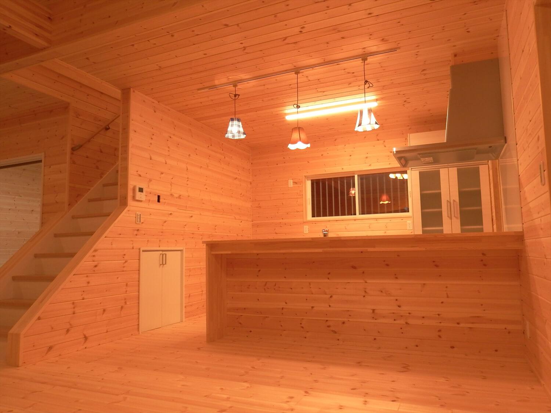 和室付き二階建ての夜のダイニングキッチン|行方市の注文住宅,ログハウスのような低価格住宅を建てるならエイ・ワン