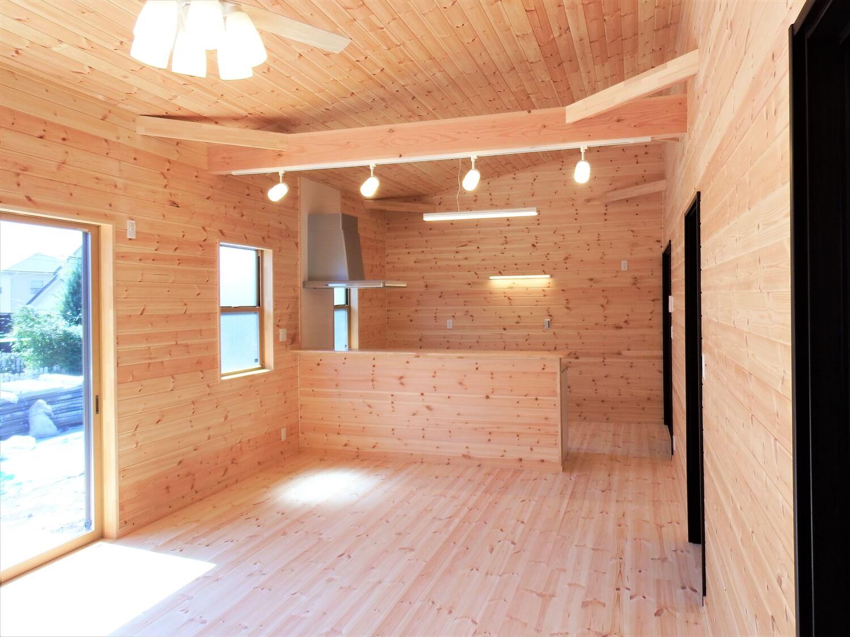 ブラック外観の平屋の無垢材空間|常陸太田市の注文住宅,ログハウスのような低価格住宅を建てるならエイ・ワン