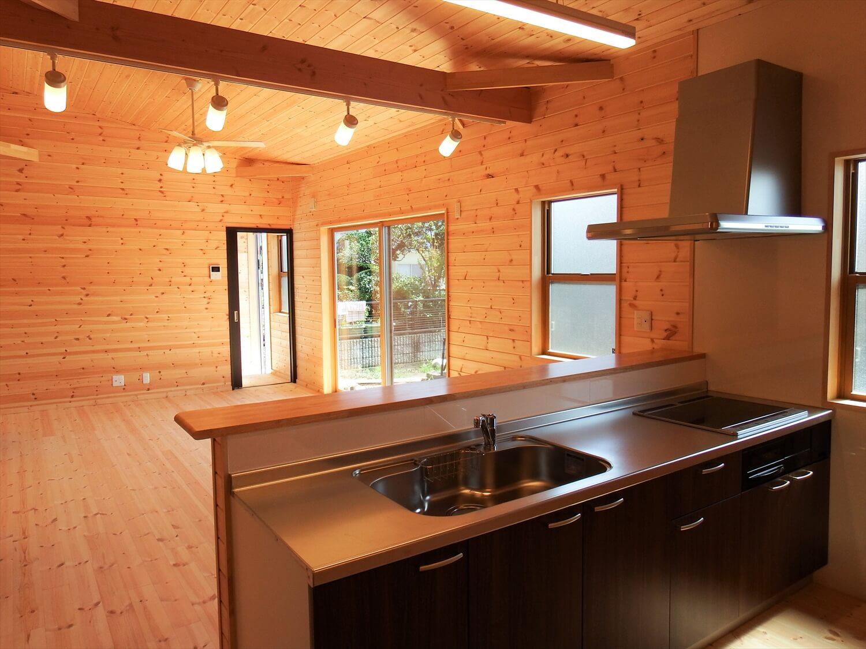 ブラック外観の平屋のリビング|常陸太田市の注文住宅,ログハウスのような低価格住宅を建てるならエイ・ワン