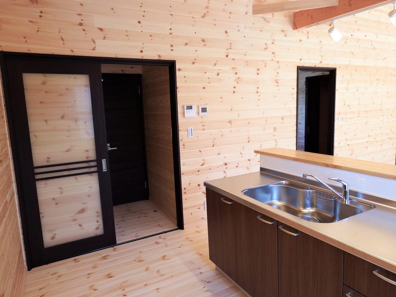 ブラック外観の平屋のキッチン|常陸太田市の注文住宅,ログハウスのような低価格住宅を建てるならエイ・ワン