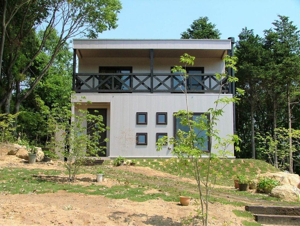 高台に建つ二階建ての外観|石岡市の注文住宅,ログハウスのような低価格住宅を建てるならエイ・ワン