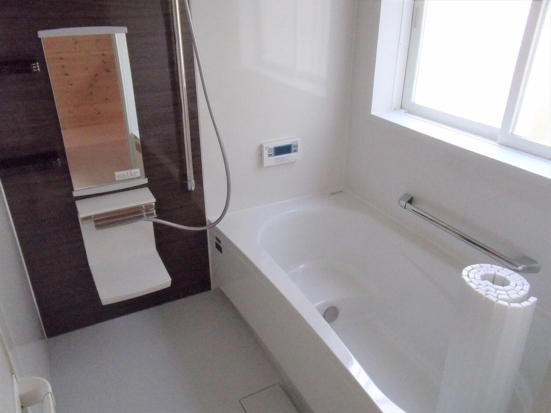 ロフト付きの平屋のバスルーム|石岡市の注文住宅,ログハウスのような低価格住宅を建てるならエイ・ワン