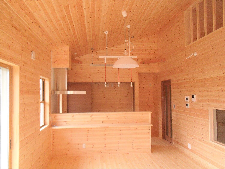 ロフト付きの平屋のリビング|石岡市の注文住宅,ログハウスのような低価格住宅を建てるならエイ・ワン