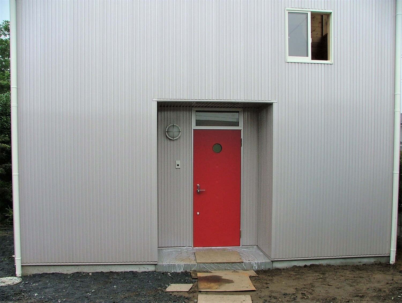 ベランダ付き二階建ての玄関|深谷市の注文住宅,ログハウスのような低価格住宅を建てるならエイ・ワン