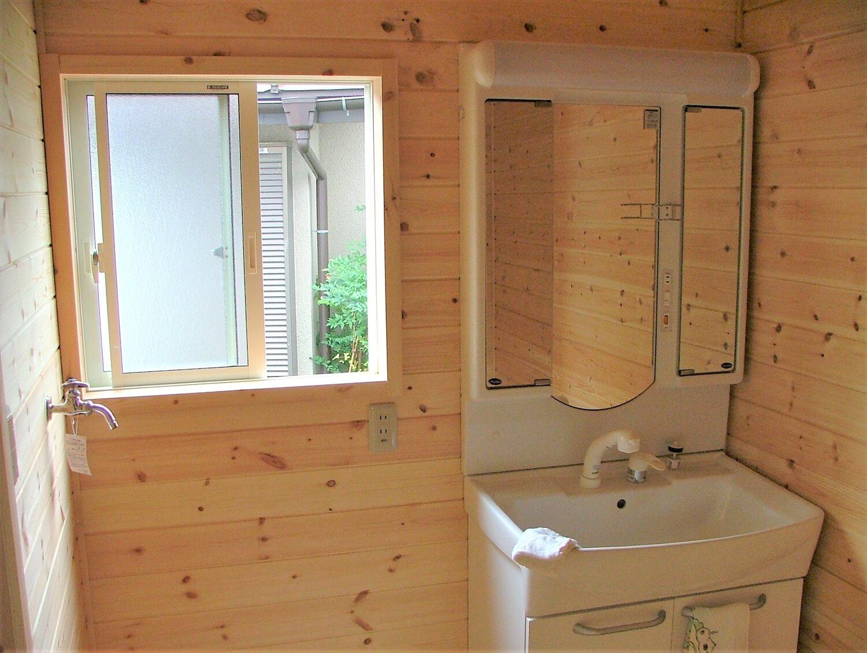 ベランダ付き二階建ての洗面室|深谷市の注文住宅,ログハウスのような低価格住宅を建てるならエイ・ワン