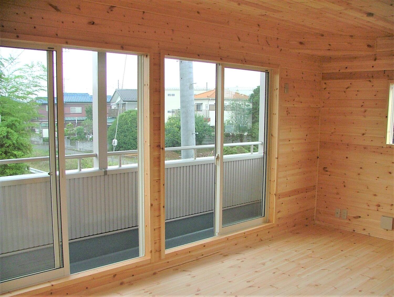 ベランダ付き二階建ての窓|深谷市の注文住宅,ログハウスのような低価格住宅を建てるならエイ・ワン