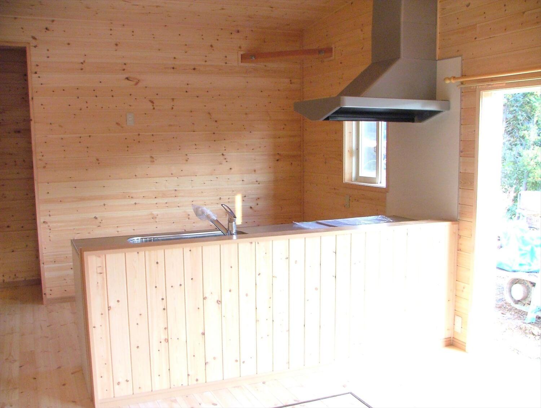 内装無垢材張りの平屋のペニンシュラキッチン|綾部市の注文住宅,ログハウスのような低価格住宅を建てるならエイ・ワン