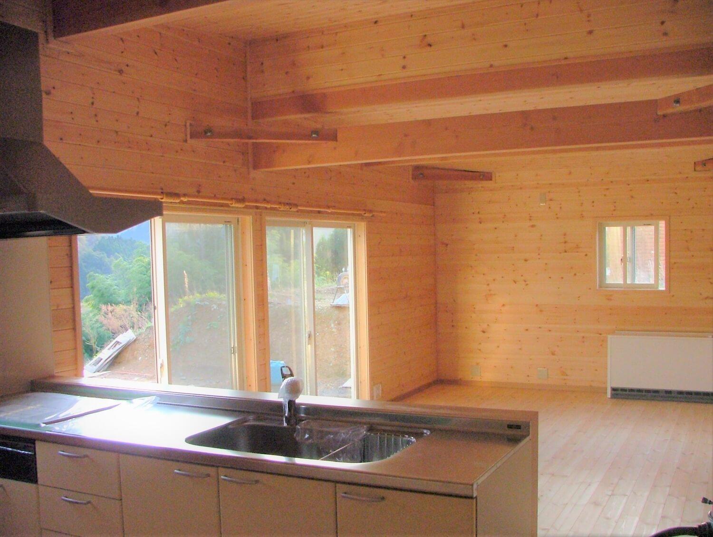 内装無垢材張りの平屋のキッチンからの眺め|綾部市の注文住宅,ログハウスのような低価格住宅を建てるならエイ・ワン