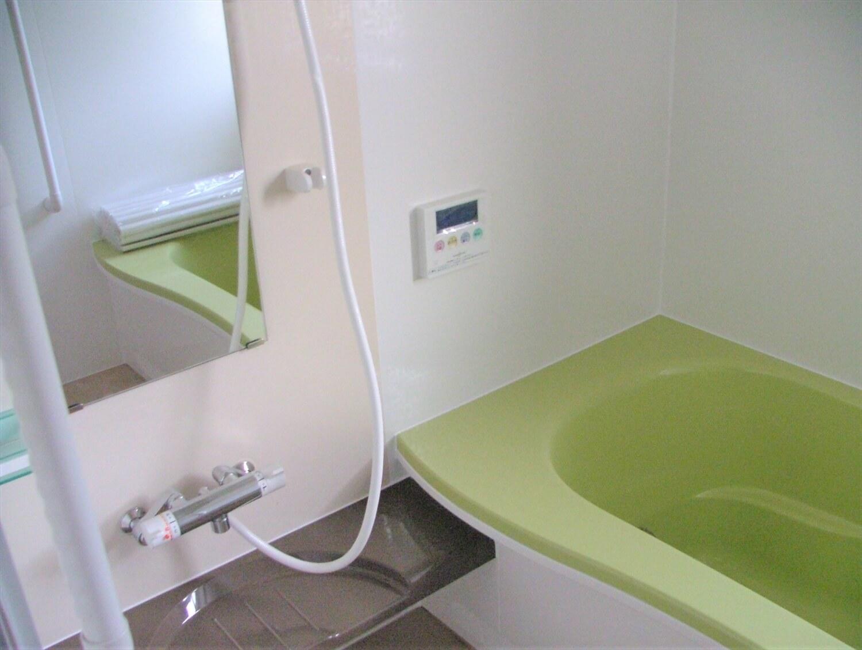 内装無垢材張りの平屋のバスルーム|綾部市の注文住宅,ログハウスのような低価格住宅を建てるならエイ・ワン