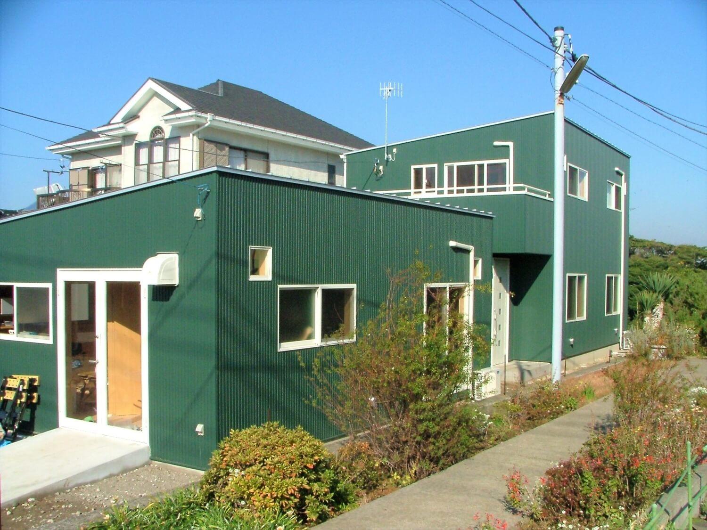 工房併設の二階建ての外観|三浦市の注文住宅,ログハウスのような低価格住宅を建てるならエイ・ワン