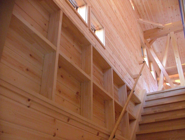 ルーフバルコニーのある傾斜地二階建ての階段|行方市の注文住宅,ログハウスのような低価格住宅を建てるならエイ・ワン