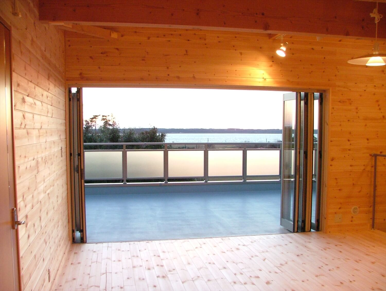 ワイドオープンの掃き出し窓が採用されたリビング