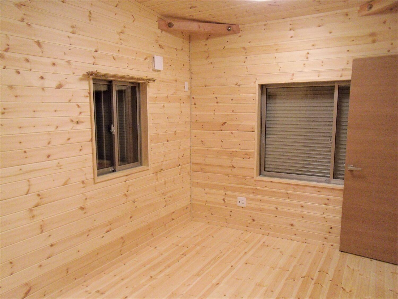黒を基調とした平屋の居室|栃木市の注文住宅,ログハウスのような低価格住宅を建てるならエイ・ワン