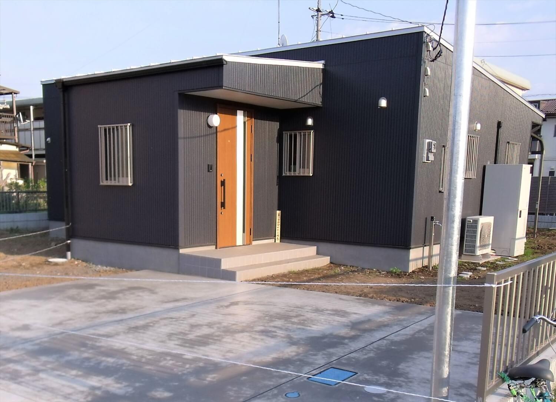 黒を基調とした平屋の外観|栃木市の注文住宅,ログハウスのような低価格住宅を建てるならエイ・ワン