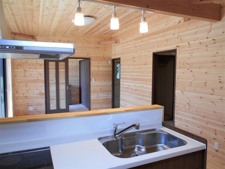 ログハウス風の平屋のキッチンからの眺め|小美玉市の注文住宅,ログハウスのような低価格住宅を建てるならエイ・ワン