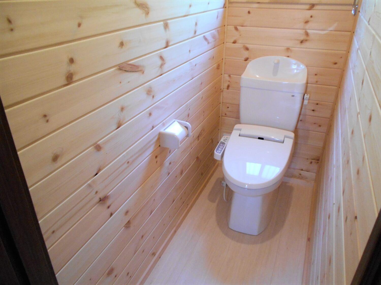 ログハウス風の平屋のトイレ|小美玉市の注文住宅,ログハウスのような低価格住宅を建てるならエイ・ワン