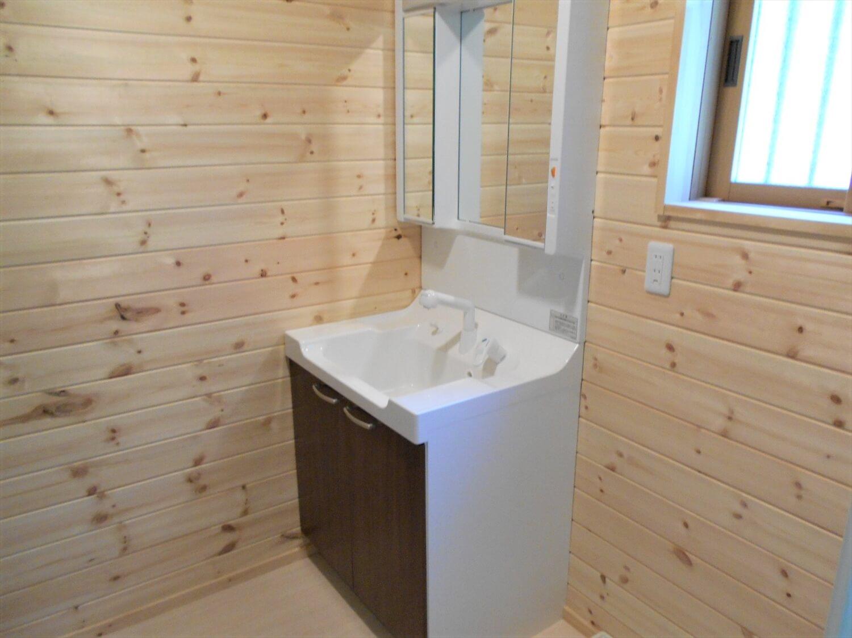 ログハウス風の平屋の洗面室|小美玉市の注文住宅,ログハウスのような低価格住宅を建てるならエイ・ワン