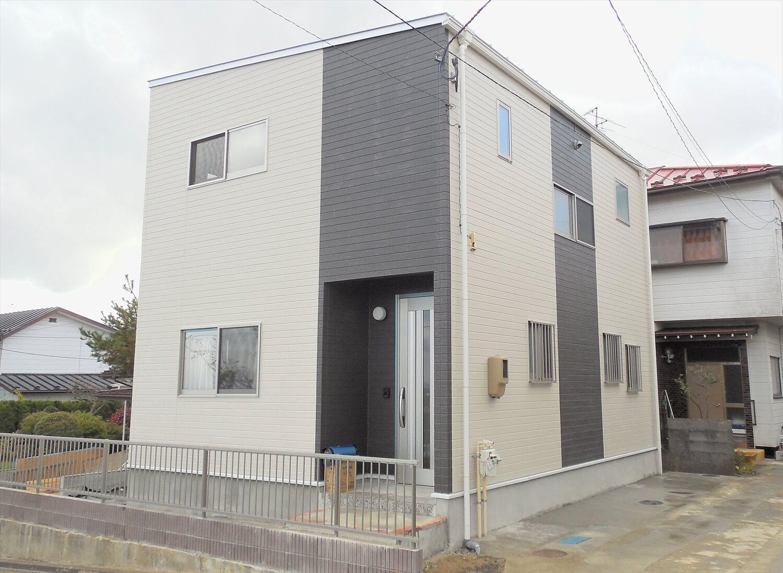 ホワイトとブラックの二階建ての外観正面|仙台市の注文住宅,ログハウスのような低価格住宅を建てるならエイ・ワン