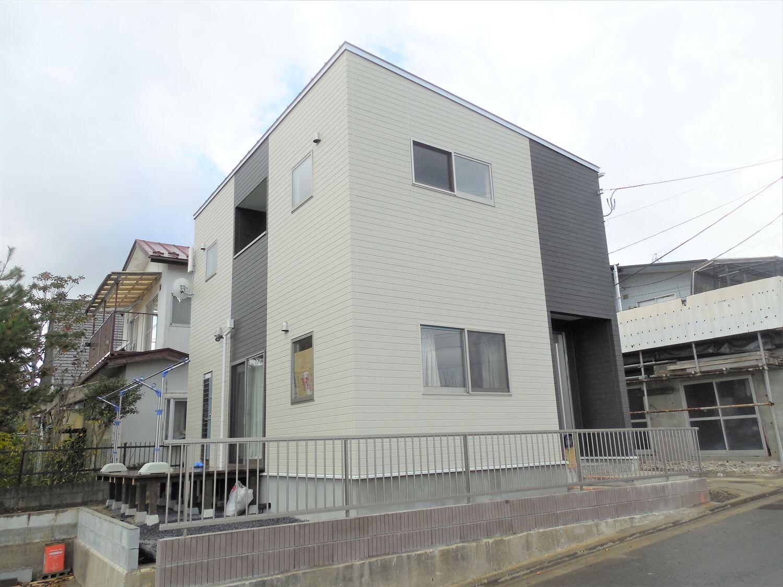 ホワイトとブラックの二階建ての外観横|仙台市の注文住宅,ログハウスのような低価格住宅を建てるならエイ・ワン
