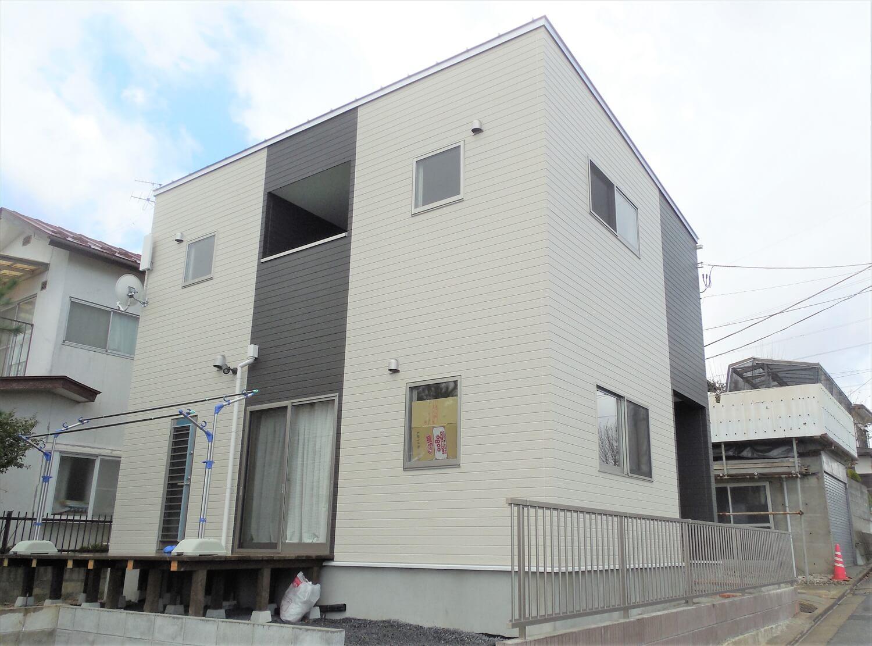ホワイトとブラックの二階建ての外観裏|仙台市の注文住宅,ログハウスのような低価格住宅を建てるならエイ・ワン