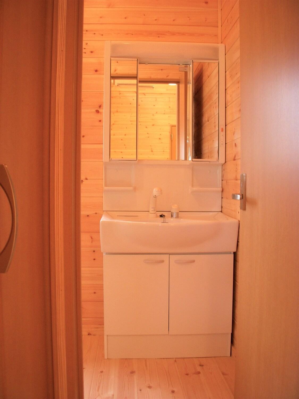ロフト付き無垢材二階建ての洗面台|神栖市の注文住宅,ログハウスのような低価格住宅を建てるならエイ・ワン