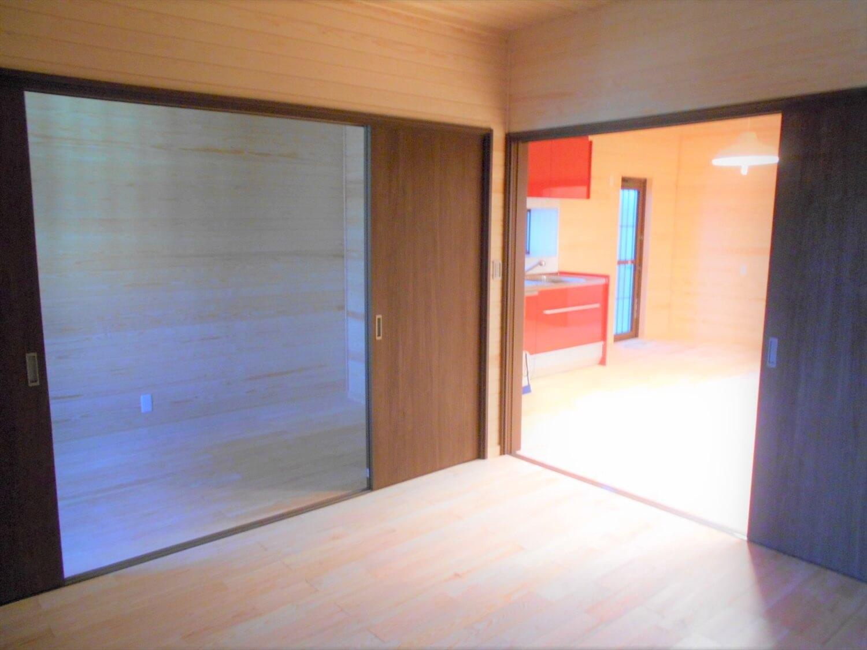 切妻屋根の平屋の居室|湖南市の注文住宅,ログハウスのような低価格住宅を建てるならエイ・ワン
