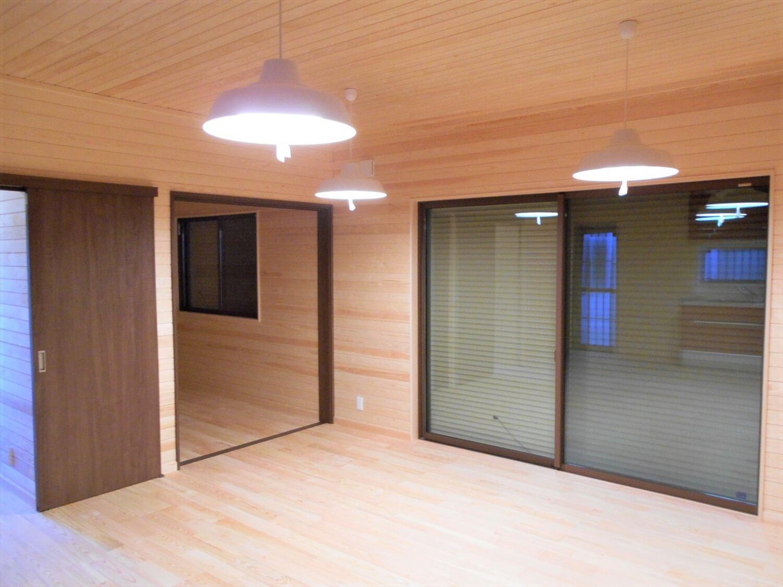 切妻屋根の平屋のリビング|湖南市の注文住宅,ログハウスのような低価格住宅を建てるならエイ・ワン