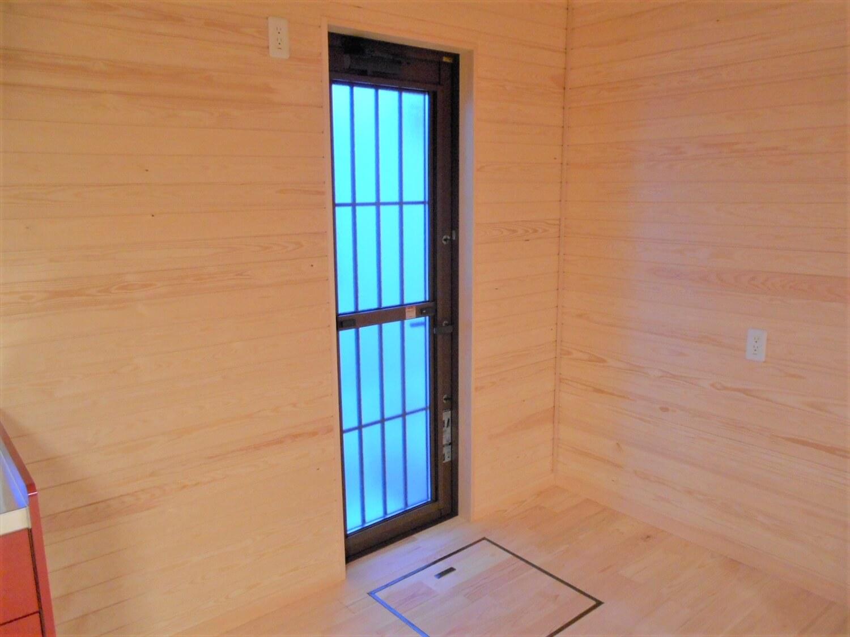 切妻屋根の平屋の勝手口|湖南市の注文住宅,ログハウスのような低価格住宅を建てるならエイ・ワン
