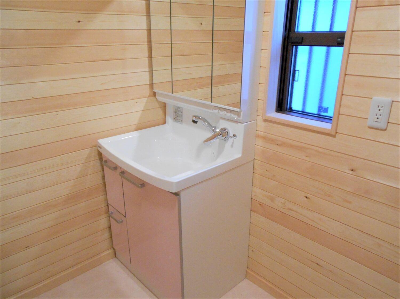 切妻屋根の平屋の洗面台|湖南市の注文住宅,ログハウスのような低価格住宅を建てるならエイ・ワン